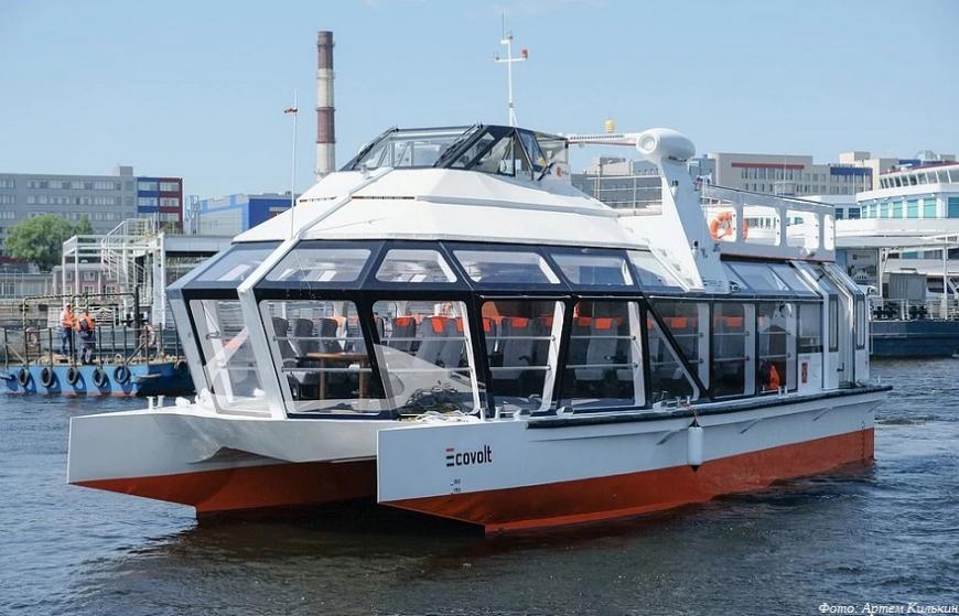 В Петербурге спустили на воду электрический прогулочный катамаран «Эковольт»