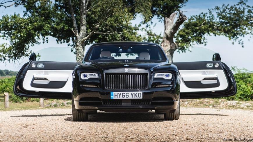 Черное, много черного: как Rolls-Royce рекламирует мрачные автомобили с помощью одноногой модели и 3D-печати