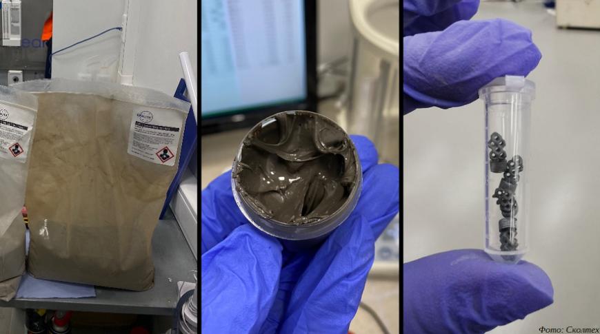 Слева-направо: имитатор лунного реголита, полученная из него паста и напечатанные методом стереолитографии образцы