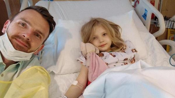 папа завалил дочку на кровать